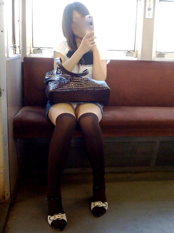 【パンチラエロ画像】対面で寝たフリが定石w電車内のパンチラ女を密かに観察www 22
