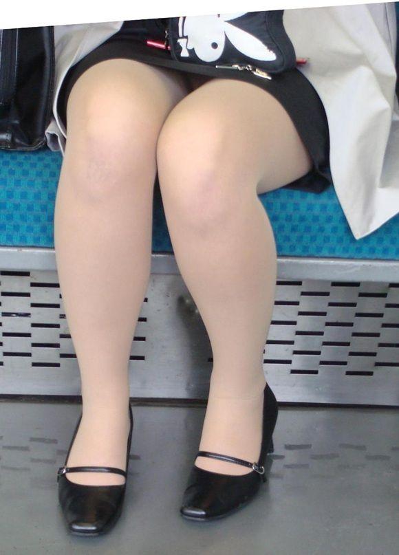 【パンチラエロ画像】対面で寝たフリが定石w電車内のパンチラ女を密かに観察www 25