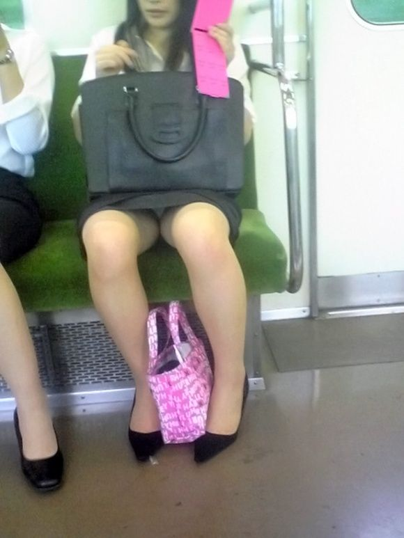 【パンチラエロ画像】対面で寝たフリが定石w電車内のパンチラ女を密かに観察www 26