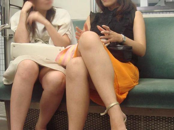 【パンチラエロ画像】対面で寝たフリが定石w電車内のパンチラ女を密かに観察www 28