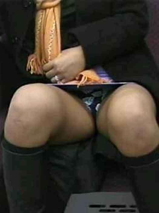 【パンチラエロ画像】対面で寝たフリが定石w電車内のパンチラ女を密かに観察www 30