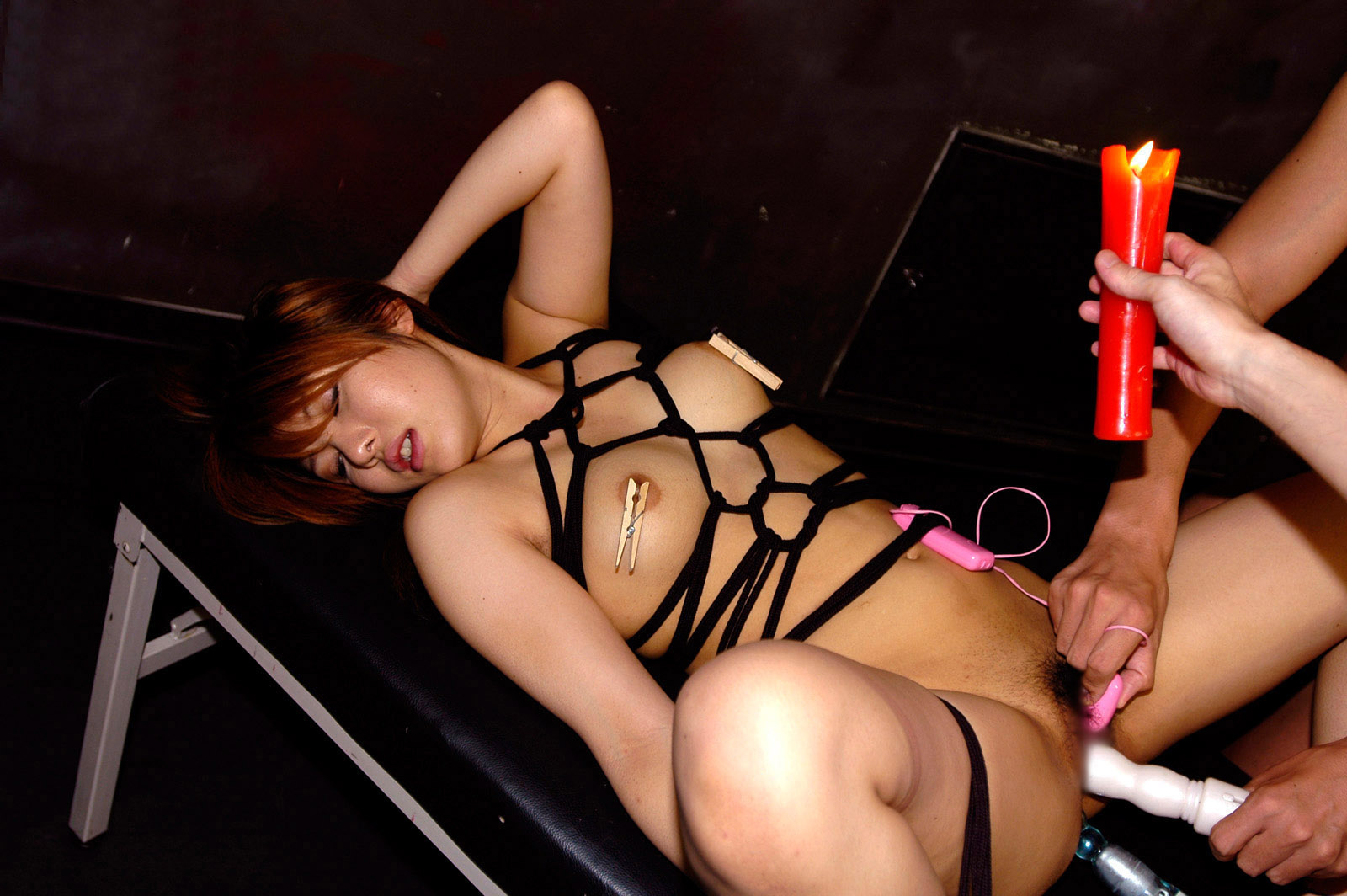 【SMエロ画像】熱さ加減はお好みでw縛られると飛び上がれない熱蝋拷問www 21
