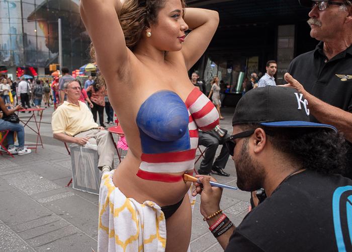 【海外エロ画像】安心できません履いてませんw全裸に絵描いただけの痴女www 001