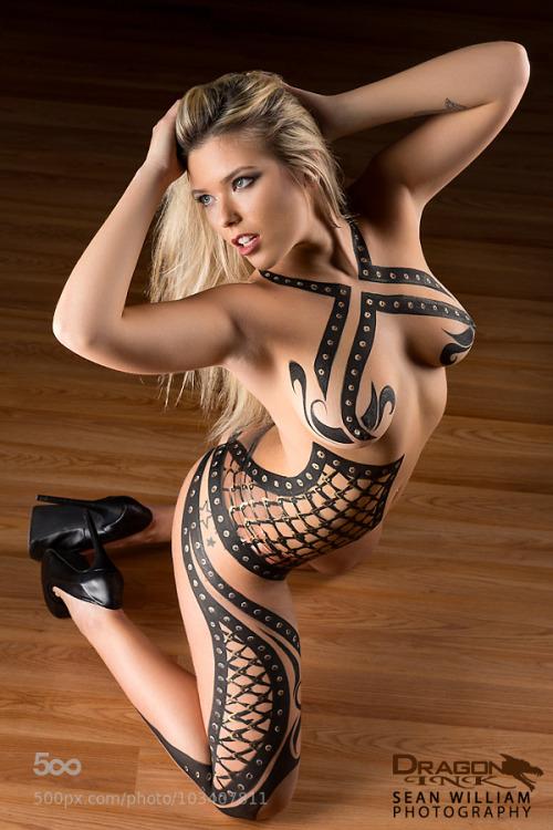【海外エロ画像】安心できません履いてませんw全裸に絵描いただけの痴女www 08