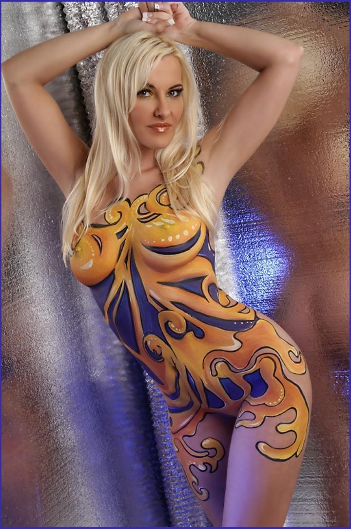 【海外エロ画像】安心できません履いてませんw全裸に絵描いただけの痴女www 26