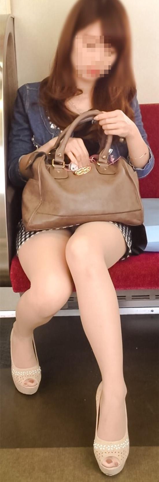 【美脚エロ画像】組むと余計にムッチリ際立つwパンツ度外視で電車内の太ももwww 01