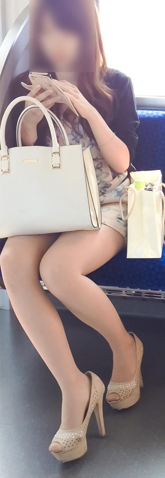 【美脚エロ画像】組むと余計にムッチリ際立つwパンツ度外視で電車内の太ももwww 04