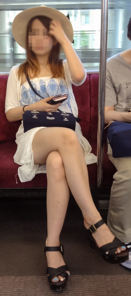 【美脚エロ画像】組むと余計にムッチリ際立つwパンツ度外視で電車内の太ももwww 05