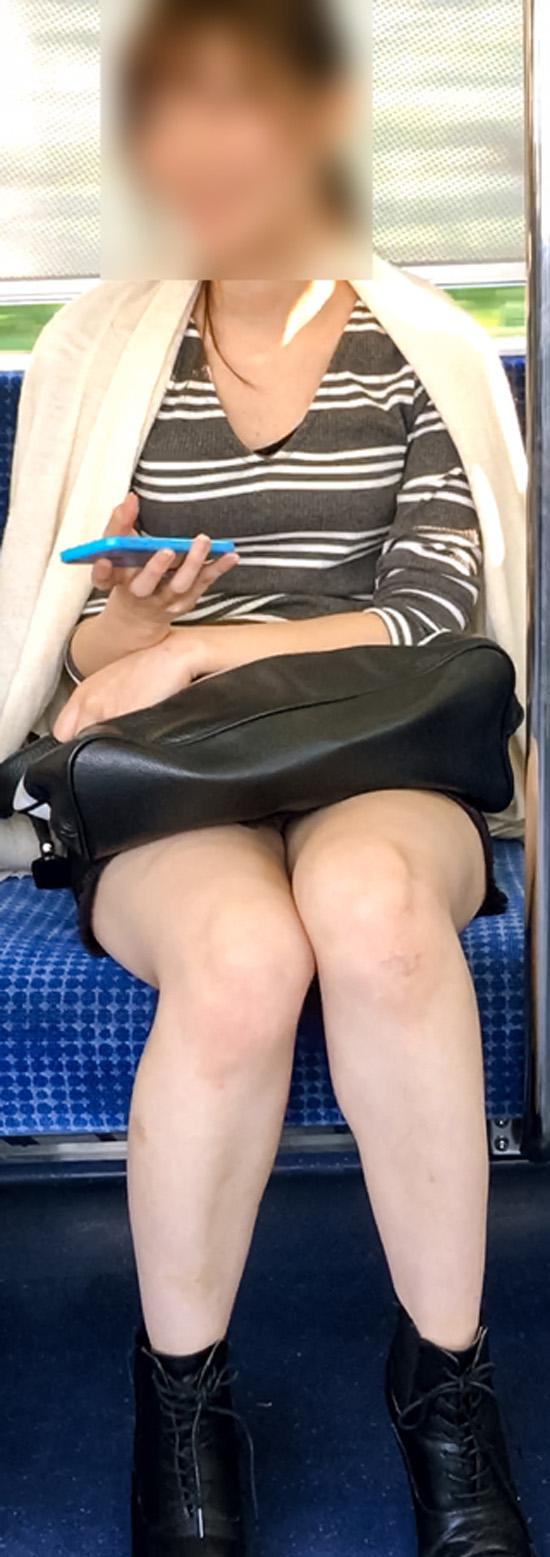 【美脚エロ画像】組むと余計にムッチリ際立つwパンツ度外視で電車内の太ももwww 13