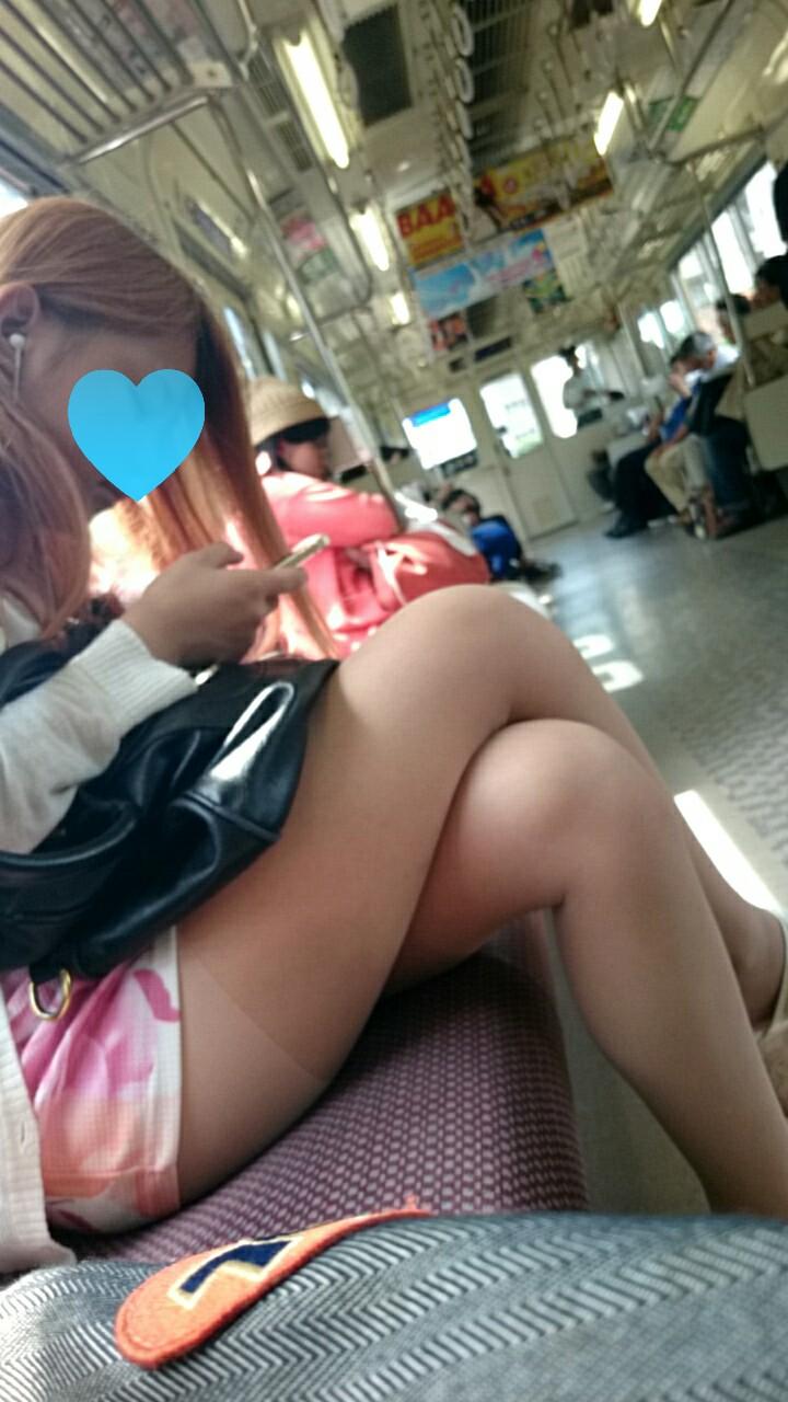 【美脚エロ画像】組むと余計にムッチリ際立つwパンツ度外視で電車内の太ももwww 14