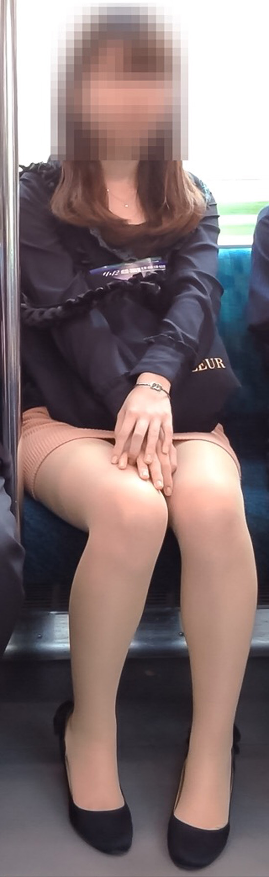 【美脚エロ画像】組むと余計にムッチリ際立つwパンツ度外視で電車内の太ももwww 18