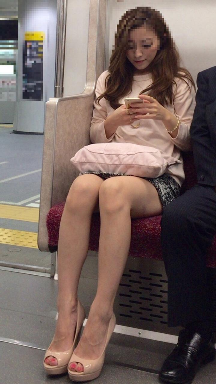 【美脚エロ画像】組むと余計にムッチリ際立つwパンツ度外視で電車内の太ももwww 20