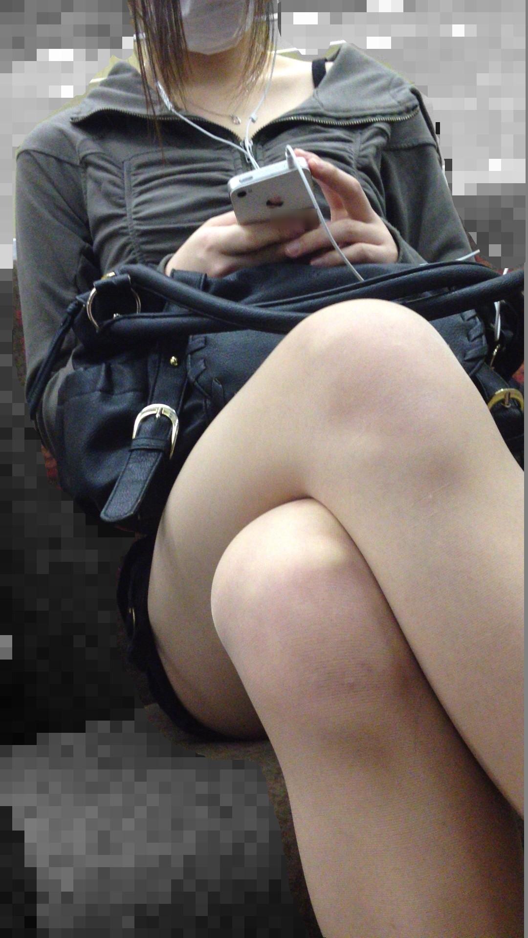 【美脚エロ画像】組むと余計にムッチリ際立つwパンツ度外視で電車内の太ももwww 22
