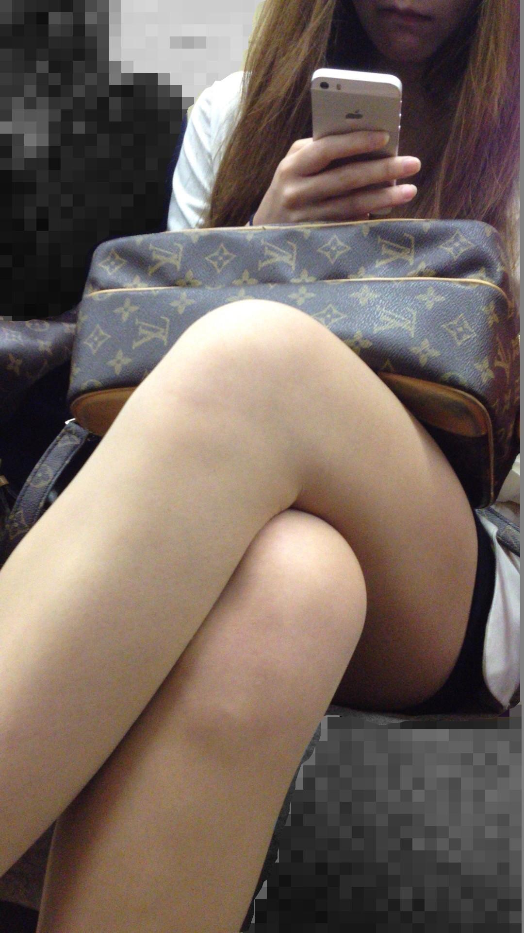 【美脚エロ画像】組むと余計にムッチリ際立つwパンツ度外視で電車内の太ももwww 23