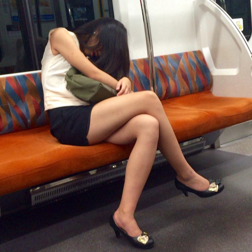 【美脚エロ画像】組むと余計にムッチリ際立つwパンツ度外視で電車内の太ももwww 26