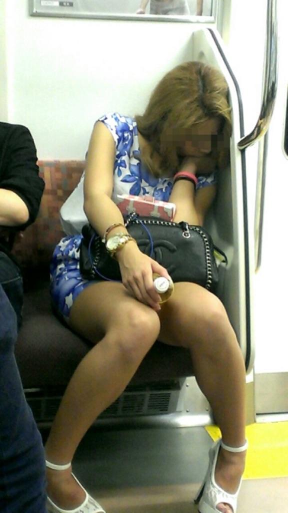 【美脚エロ画像】組むと余計にムッチリ際立つwパンツ度外視で電車内の太ももwww 27