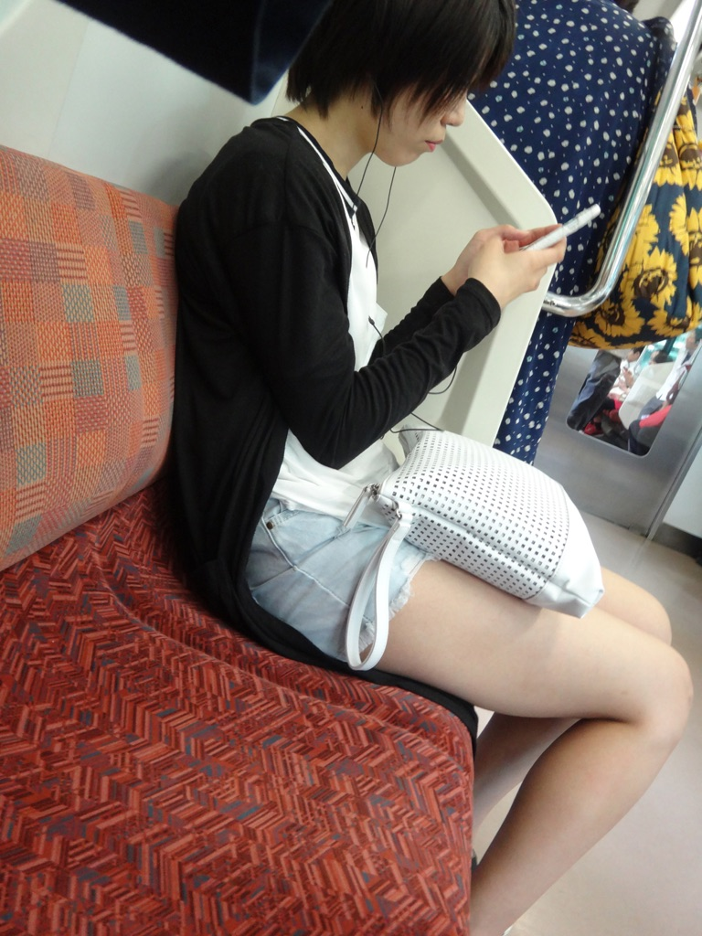 【美脚エロ画像】組むと余計にムッチリ際立つwパンツ度外視で電車内の太ももwww 29