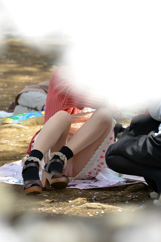 【パンチラエロ画像】春よ来い、早く来い。無防備なミニスカ女子のパンチラと一緒にwww 10