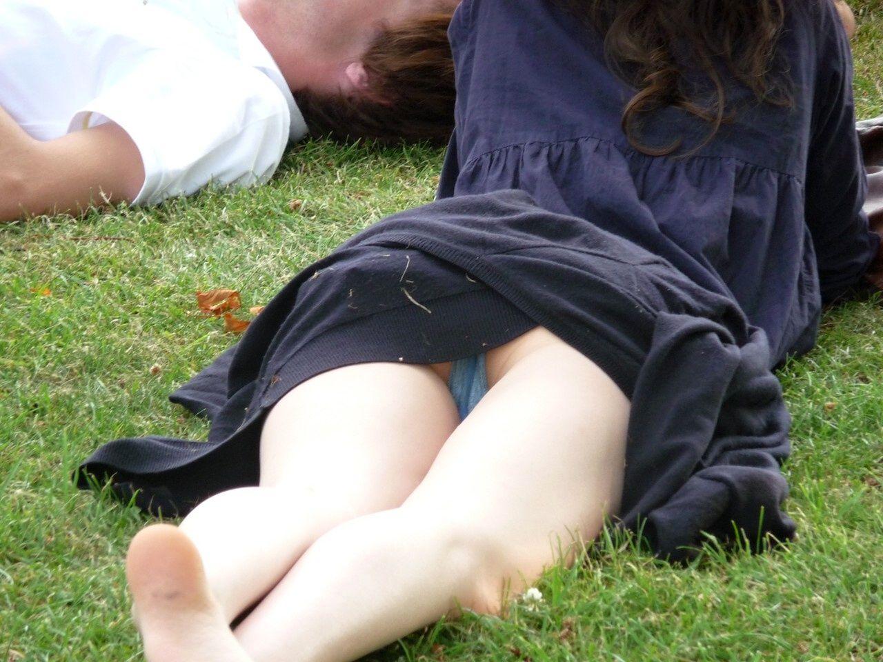 【パンチラエロ画像】春よ来い、早く来い。無防備なミニスカ女子のパンチラと一緒にwww 25