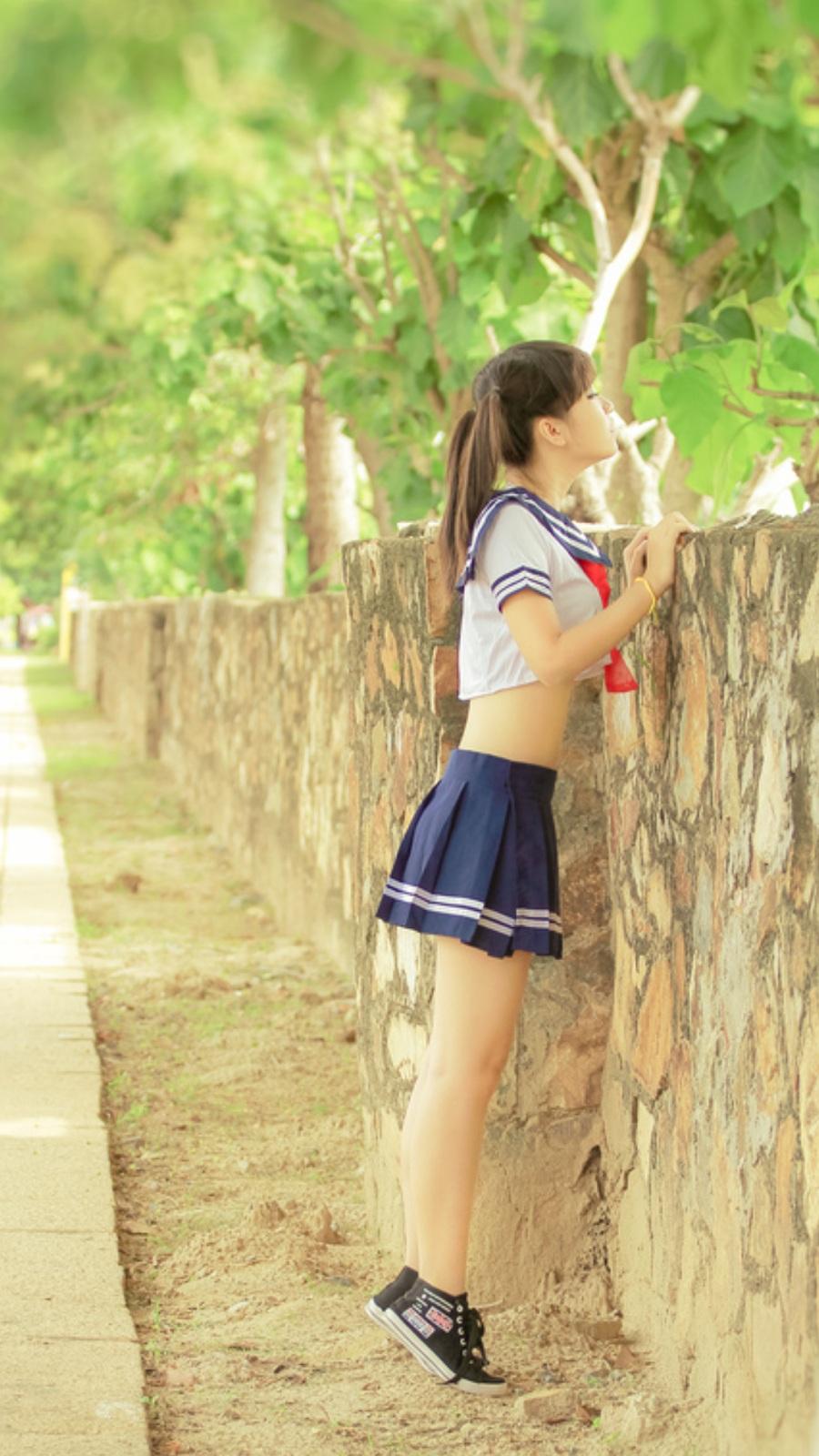 【制服エロ画像】ヘソが見えたらラッキー!萌えは必至な制服娘の腹チラwww 18