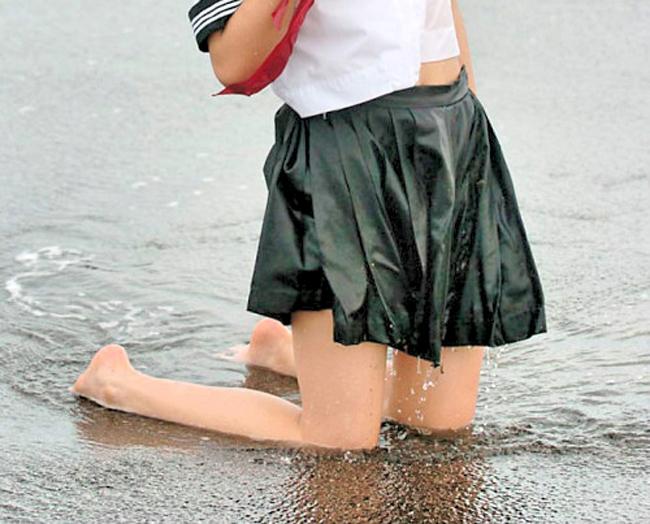 【制服エロ画像】ヘソが見えたらラッキー!萌えは必至な制服娘の腹チラwww 19
