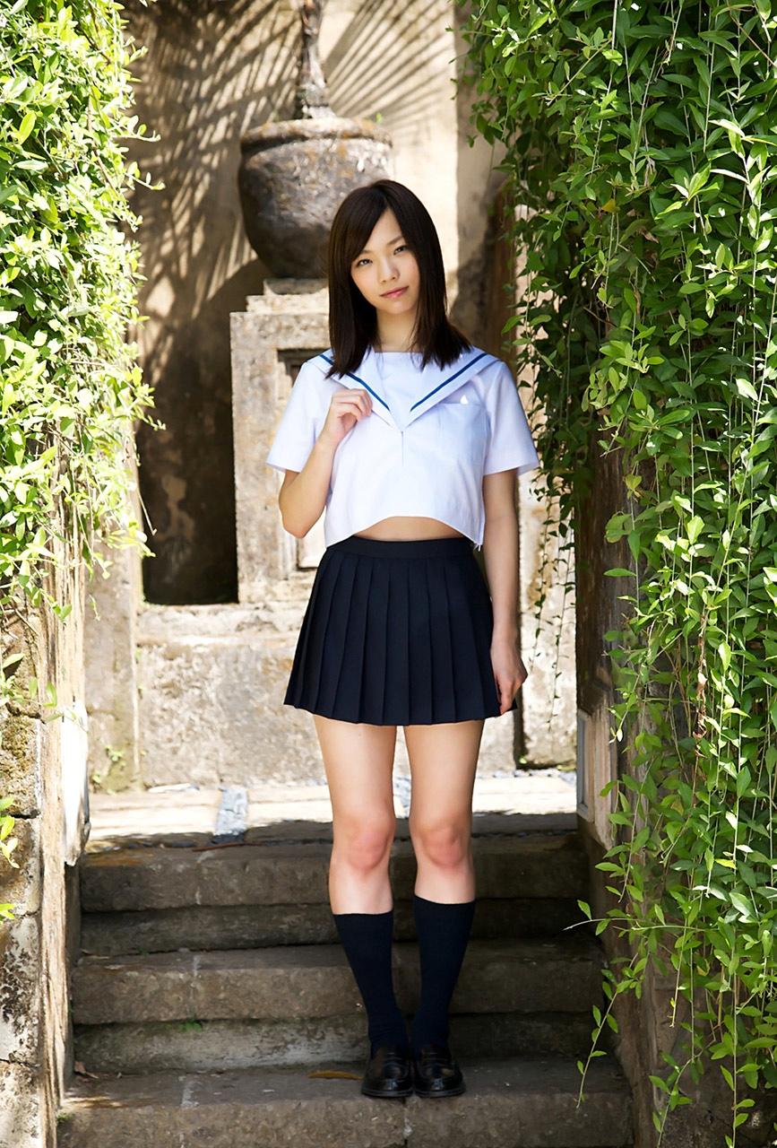 【制服エロ画像】ヘソが見えたらラッキー!萌えは必至な制服娘の腹チラwww 25