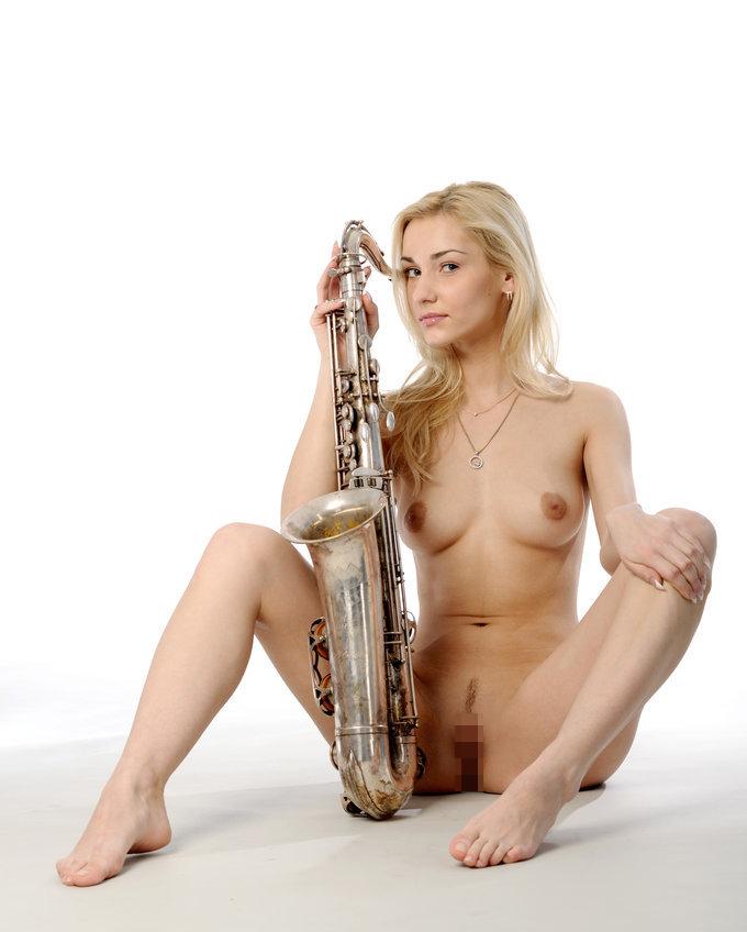 【海外エロ画像】これも音楽活動!?サックス持った全裸の碧眼ビューティーwww 04