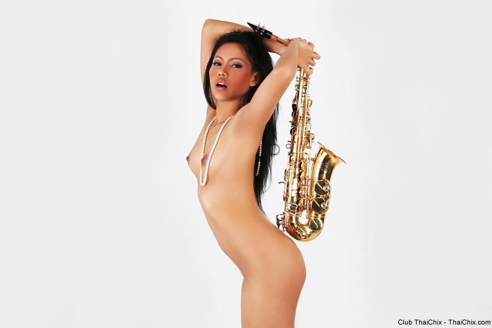 【海外エロ画像】これも音楽活動!?サックス持った全裸の碧眼ビューティーwww 05