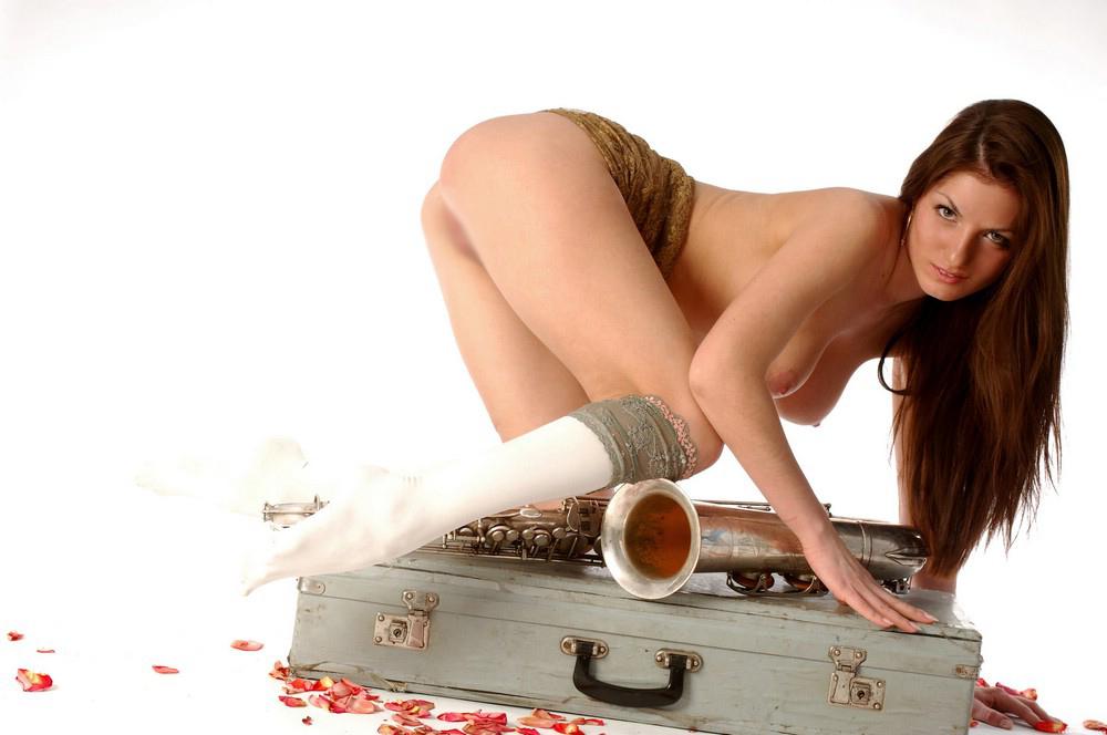 【海外エロ画像】これも音楽活動!?サックス持った全裸の碧眼ビューティーwww 07