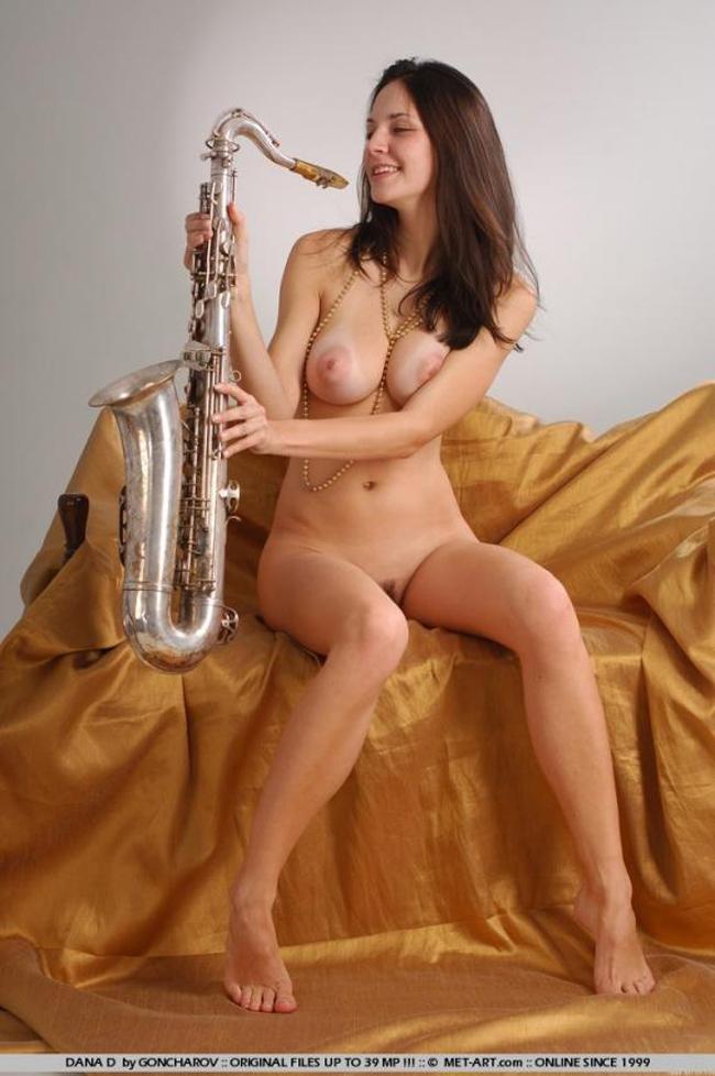 【海外エロ画像】これも音楽活動!?サックス持った全裸の碧眼ビューティーwww 14