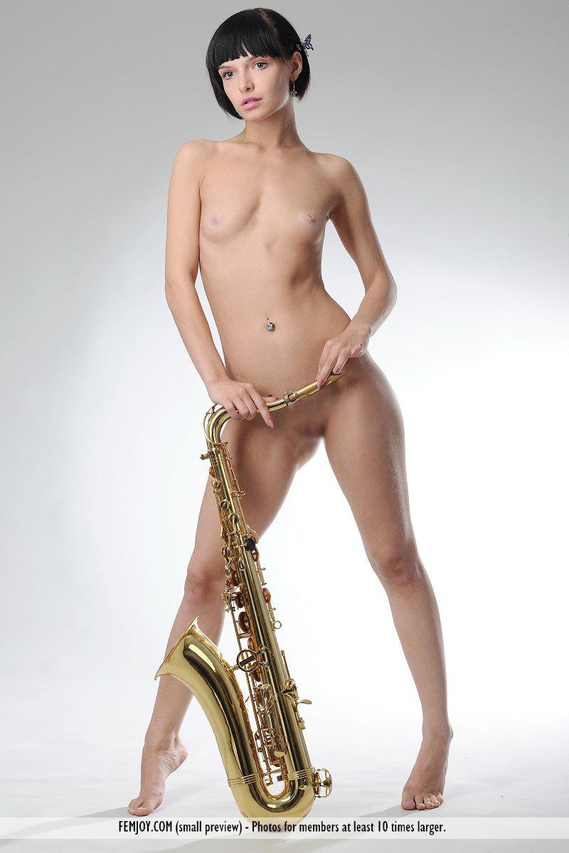 【海外エロ画像】これも音楽活動!?サックス持った全裸の碧眼ビューティーwww 18