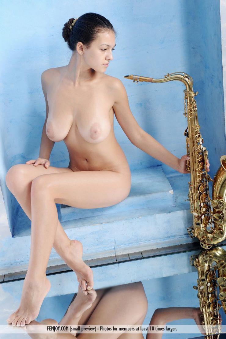 【海外エロ画像】これも音楽活動!?サックス持った全裸の碧眼ビューティーwww 19