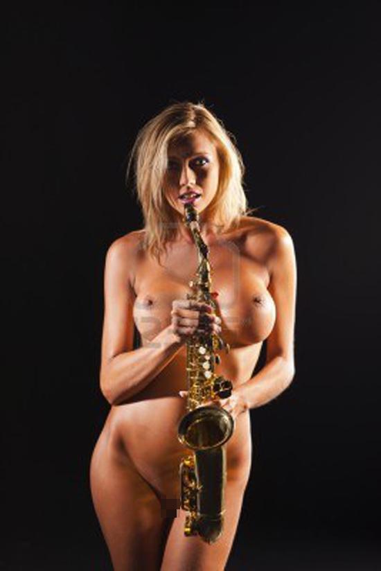 【海外エロ画像】これも音楽活動!?サックス持った全裸の碧眼ビューティーwww 26