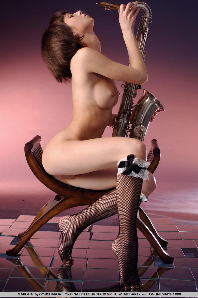 【海外エロ画像】これも音楽活動!?サックス持った全裸の碧眼ビューティーwww 29