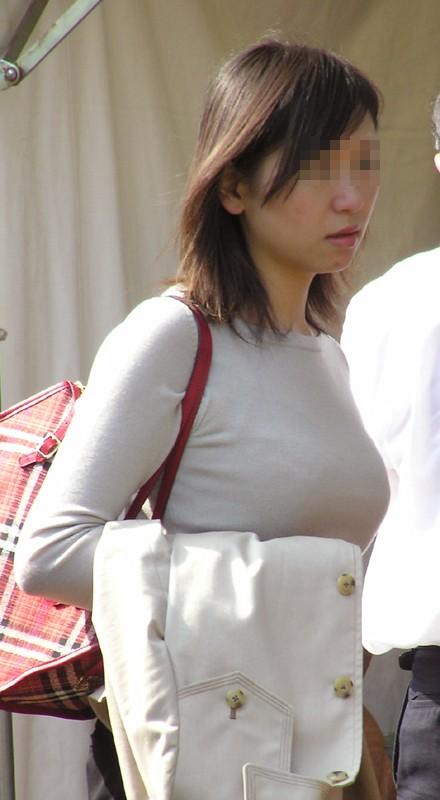【巨乳エロ画像】冬場のニット女子は強烈!寒暖関係なしの街撮り着衣おっぱいwww 02