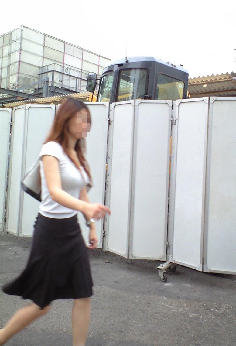 【巨乳エロ画像】冬場のニット女子は強烈!寒暖関係なしの街撮り着衣おっぱいwww 09