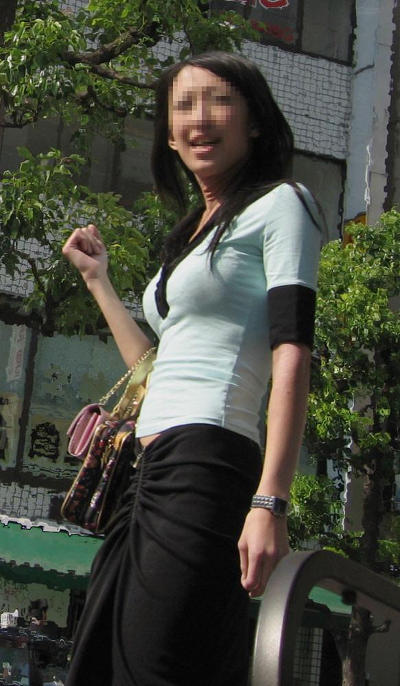 【巨乳エロ画像】冬場のニット女子は強烈!寒暖関係なしの街撮り着衣おっぱいwww 14