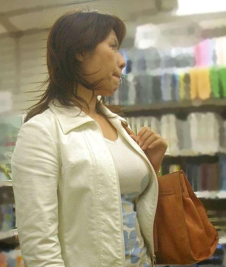 【巨乳エロ画像】冬場のニット女子は強烈!寒暖関係なしの街撮り着衣おっぱいwww 22