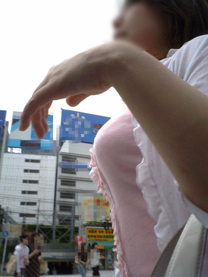 【巨乳エロ画像】冬場のニット女子は強烈!寒暖関係なしの街撮り着衣おっぱいwww 24