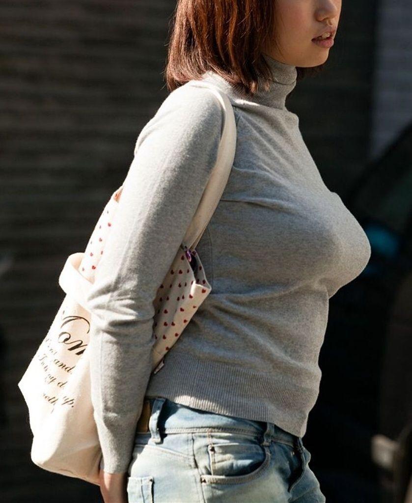 【巨乳エロ画像】冬場のニット女子は強烈!寒暖関係なしの街撮り着衣おっぱいwww 27