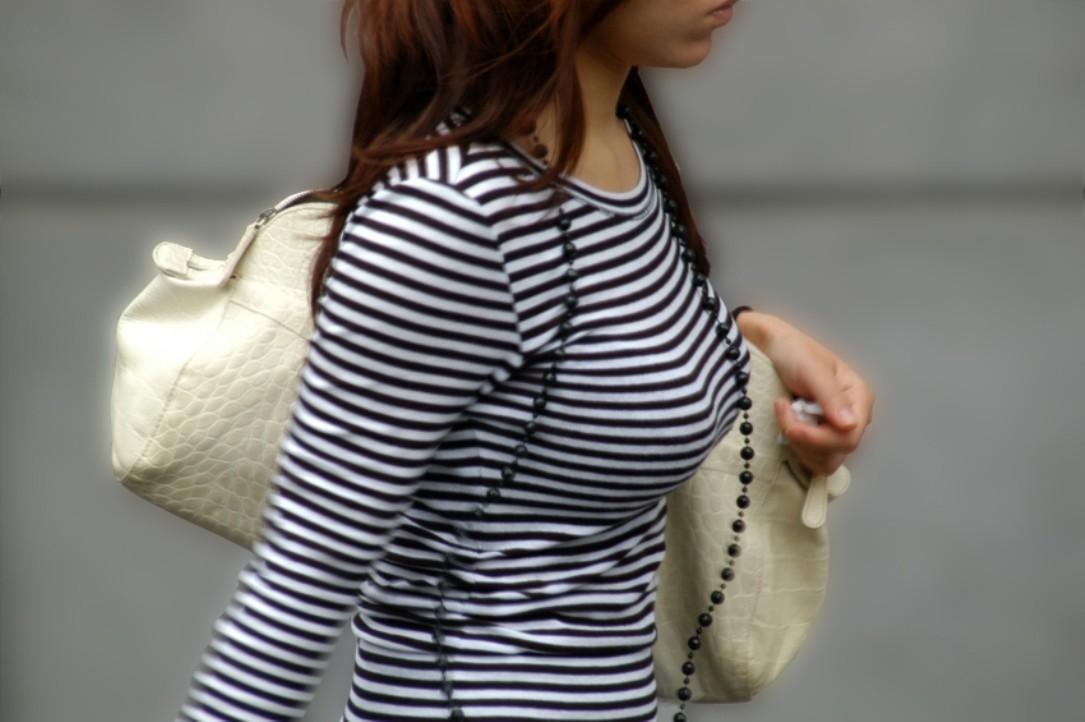 【巨乳エロ画像】冬場のニット女子は強烈!寒暖関係なしの街撮り着衣おっぱいwww 28