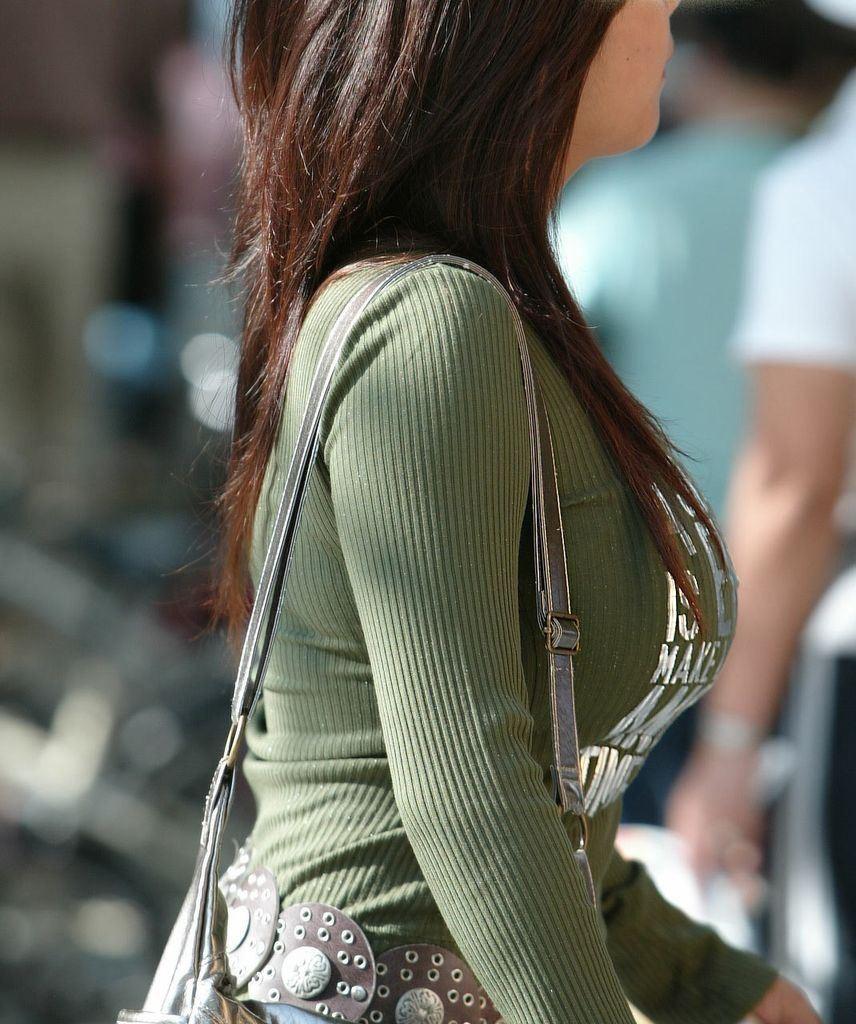 【巨乳エロ画像】冬場のニット女子は強烈!寒暖関係なしの街撮り着衣おっぱいwww 30