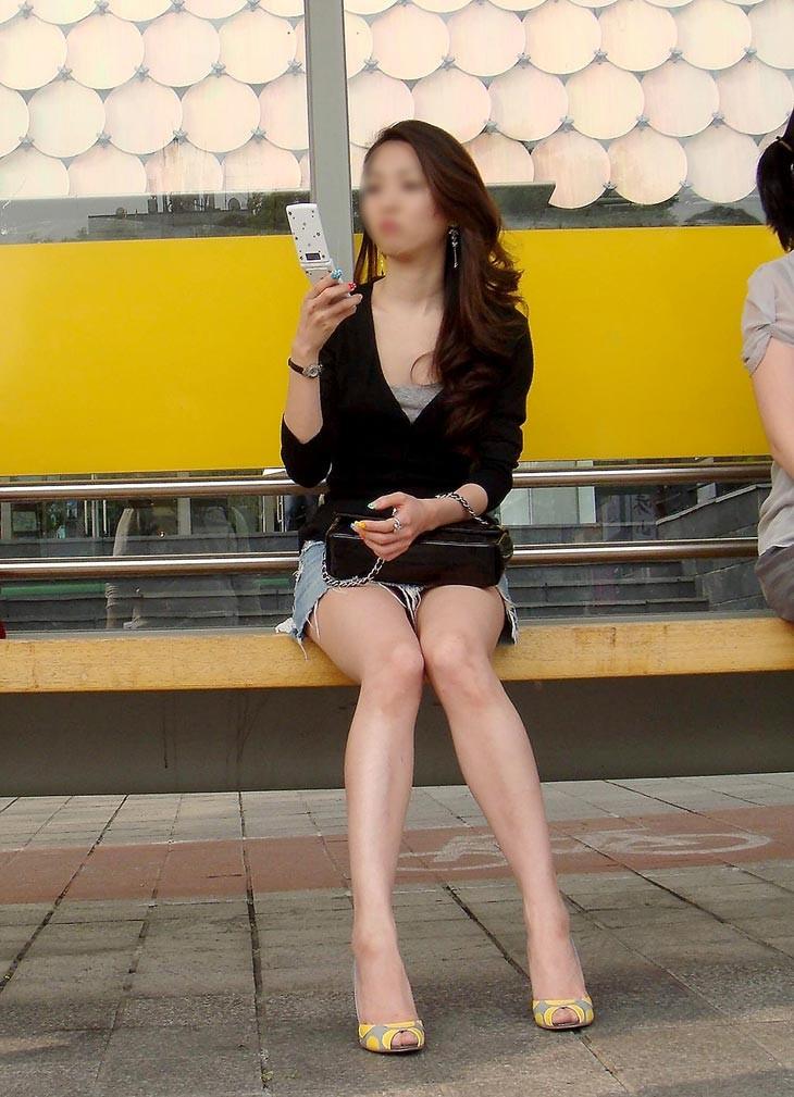 【パンチラエロ画像】けっこう深刻な携帯症候群wその結果がこの無防備チラ見えwww 01