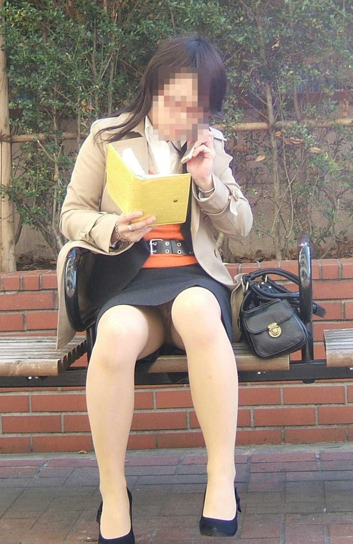 【パンチラエロ画像】けっこう深刻な携帯症候群wその結果がこの無防備チラ見えwww 03