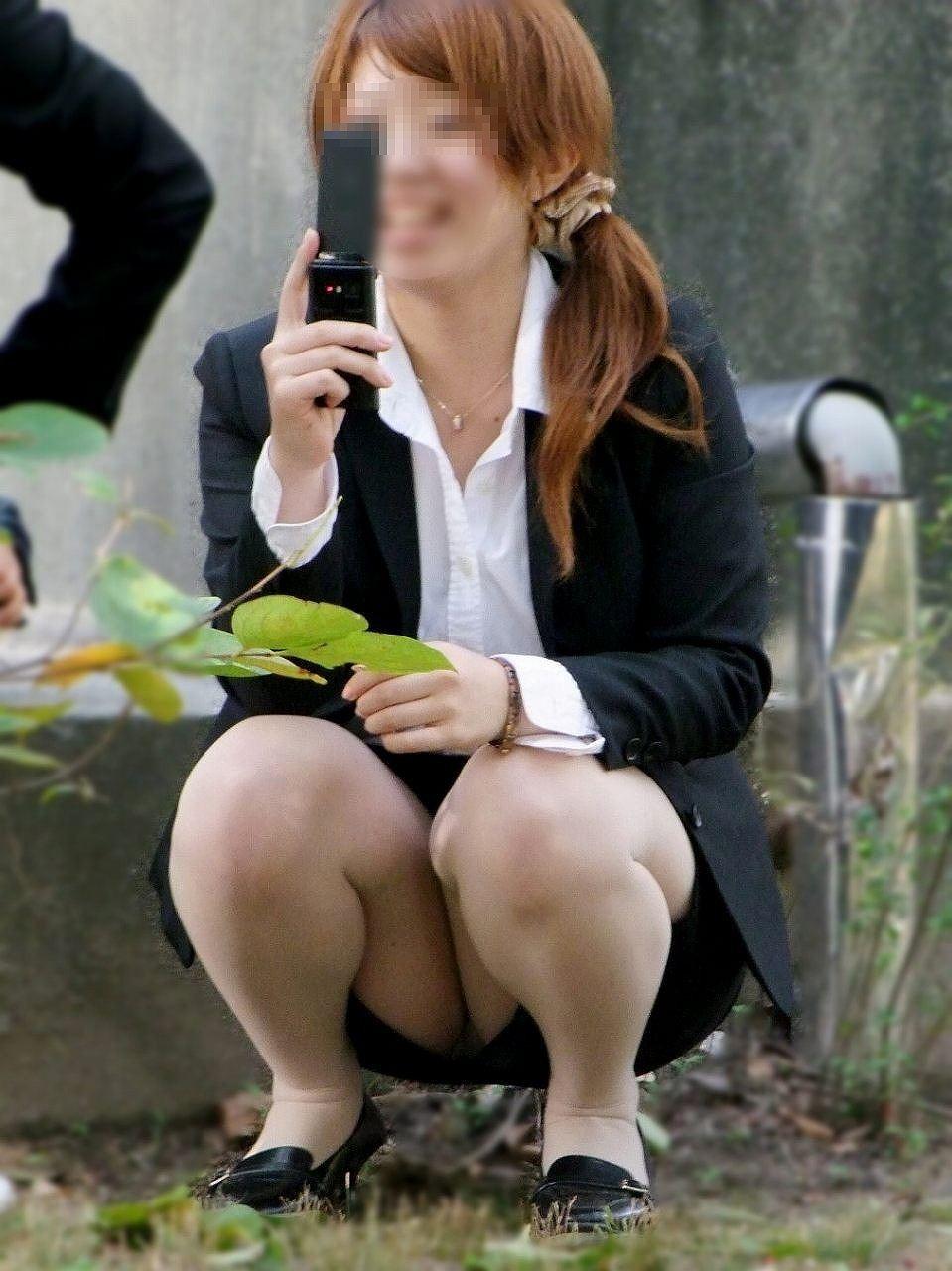 【パンチラエロ画像】けっこう深刻な携帯症候群wその結果がこの無防備チラ見えwww 07