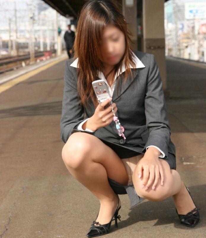 【パンチラエロ画像】けっこう深刻な携帯症候群wその結果がこの無防備チラ見えwww 10