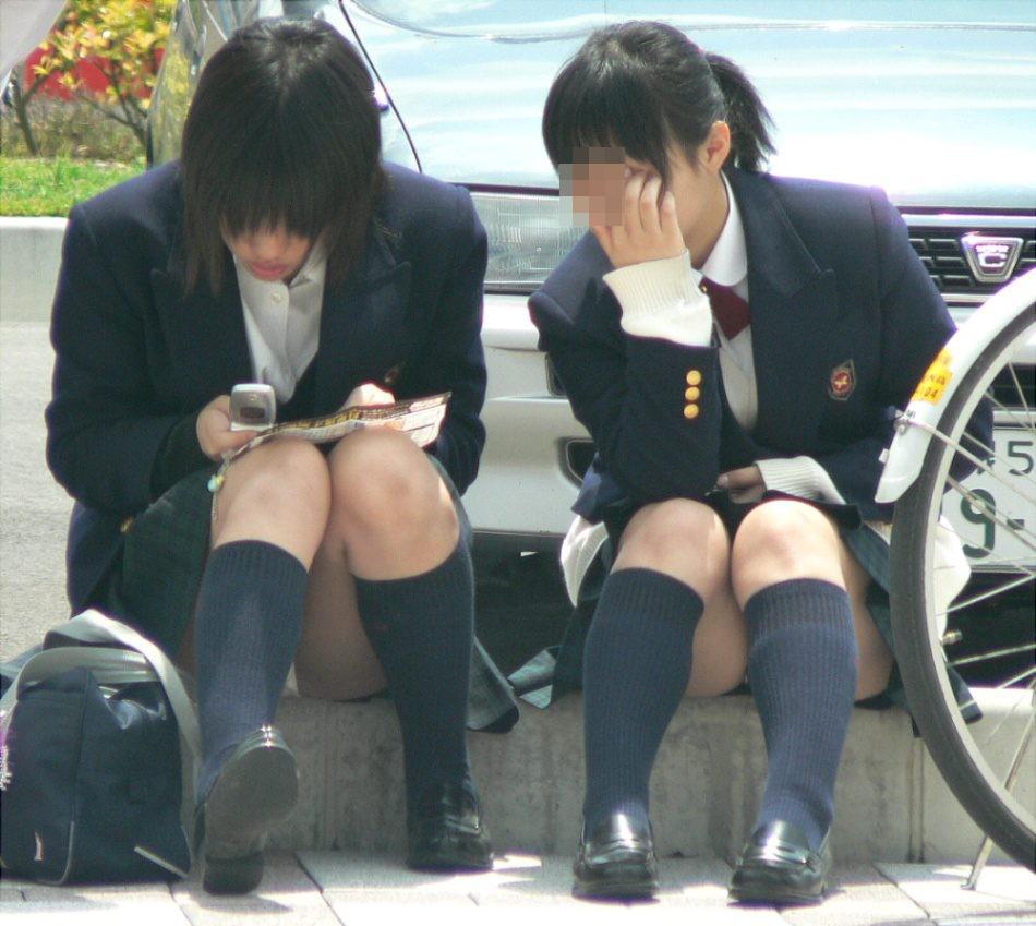 【パンチラエロ画像】けっこう深刻な携帯症候群wその結果がこの無防備チラ見えwww 21