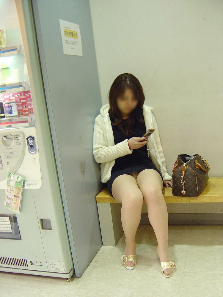 【パンチラエロ画像】けっこう深刻な携帯症候群wその結果がこの無防備チラ見えwww 30