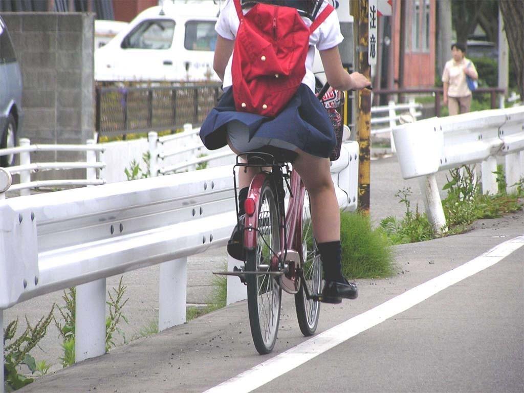 【パンチラエロ画像】前が駄目なら後ろの捲れ上げを!見逃せない自転車パンチラwww 04
