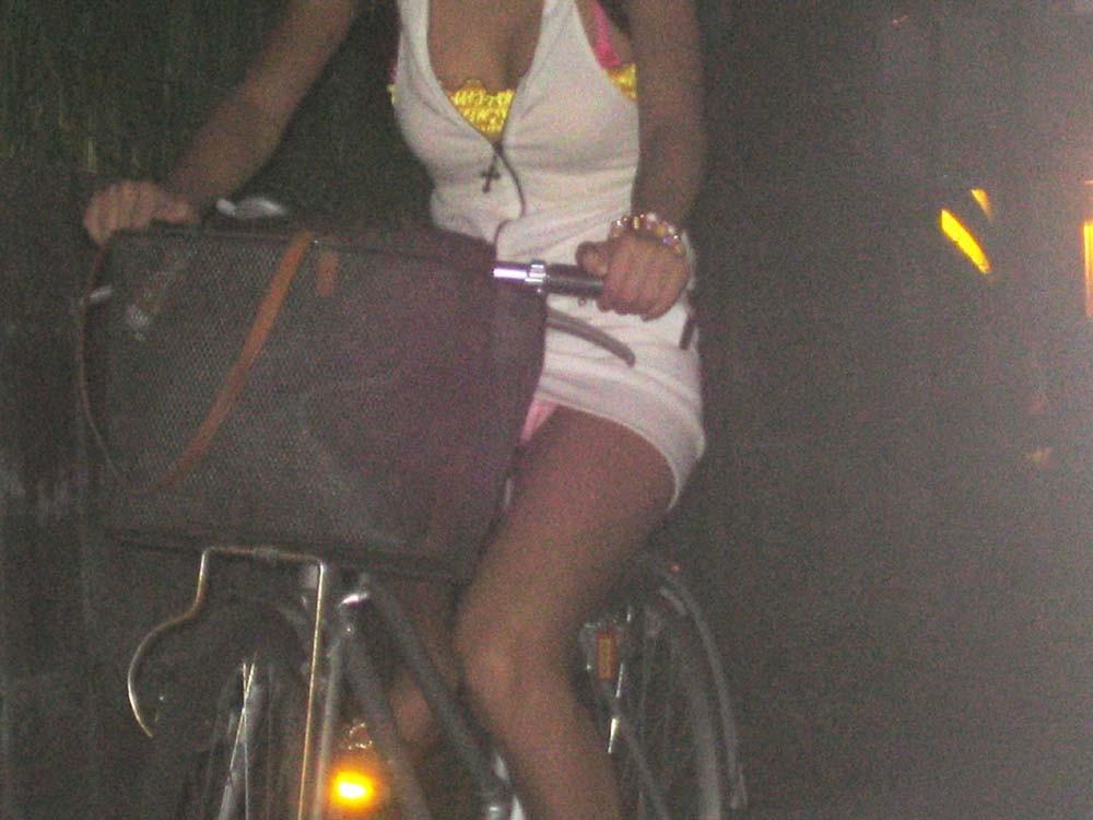 【パンチラエロ画像】前が駄目なら後ろの捲れ上げを!見逃せない自転車パンチラwww 05